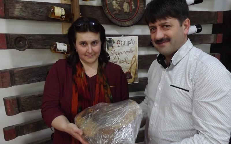 Antal Péter átadta a sonkát Pozsár Ibolyának
