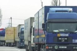 Több kilométeres kamionsor Gyulavarsándnál