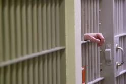 Börtönőrök rács mögött