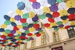 Ma estétől színes ernyők a Forray utca fölött