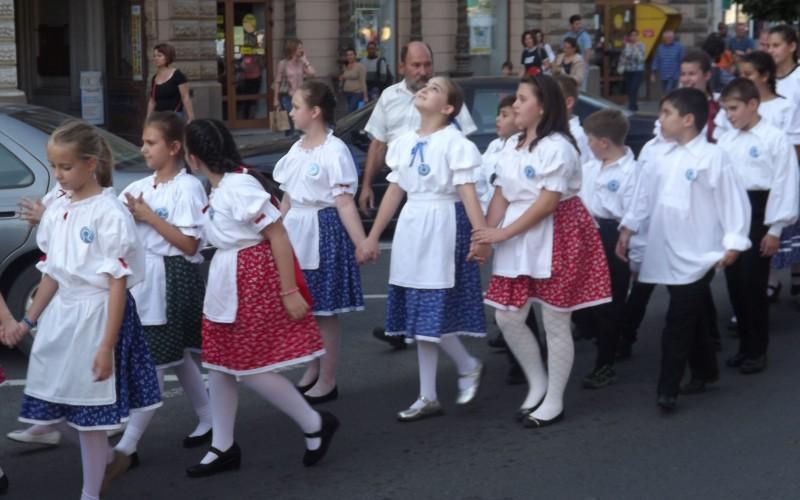 Népviseletben parádéztak a Csiky táncosai [VIDEÓ]