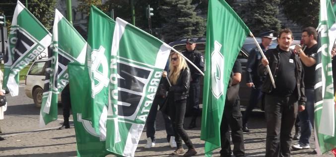 A Noua Dreaptă megkoszorúzza az aradi RMDSZ székházát
