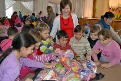 Bábelőadás és ajándékosztás Pécskán