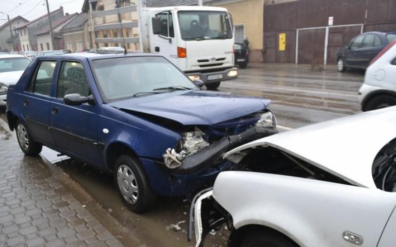 Hat autó puszilózott össze