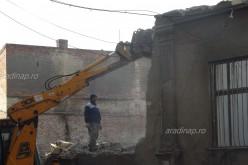 Régi épületet bontanak le a védett övezetben [VIDEÓ]