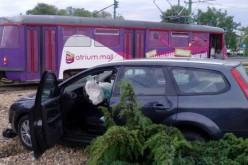 Autó ütközött villamossal