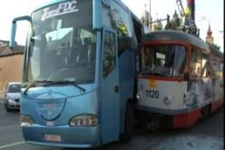 Villamos ütközött autóbusszal