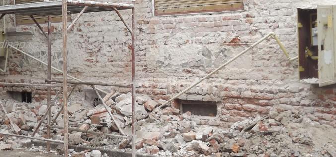Gázcsőre omlott egy ház homlokzatának része