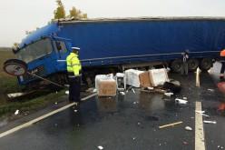 Baleset kamionnal, mentővel: hullottak a mosógépek
