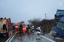 Személyautó ütközött kisbusszal a vingai halálkanyarban