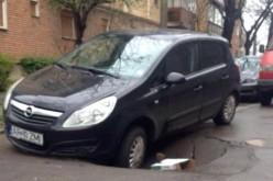 Beszakadt az aszfalt az Opel Corsa alatt