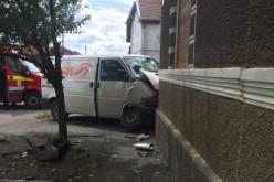 Mosóczon házfalban kötött ki a Cargus futárszolgálat autója