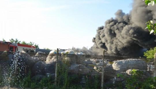 Kigyulladt egy műanyaghulladék-raktár a Bodrogi úton