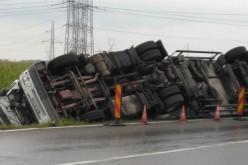 Pechesek a segélyre váró pécskaiak (is): felborult a kamion