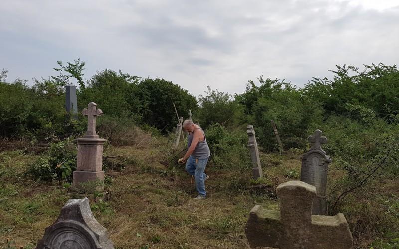 Német önkéntesek gaztalanítják a zádorlaki katolikus temetőt