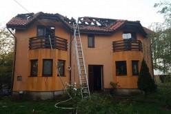 Tűz Nagyvarjason: leégett a családi ház tetőszerkezete