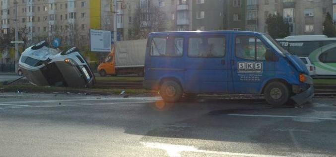 Felborult egy Opel a Fortunánál