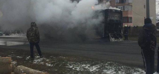 Kigyulladt egy munkásbusz Sofronyán