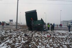 Árokba borult egy kamion Borosjenőnél