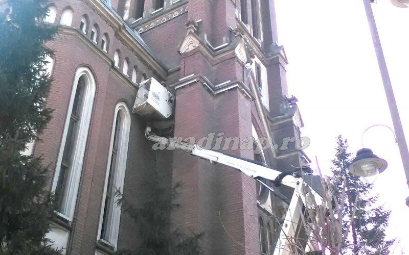 Készül a Vörös templom díszvilágítása