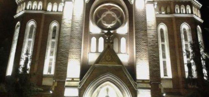 Ma estétől díszmegvilágítják a Vörös templomot