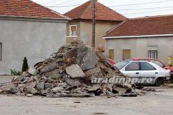 Köztéren tárolják a betontörmeléket