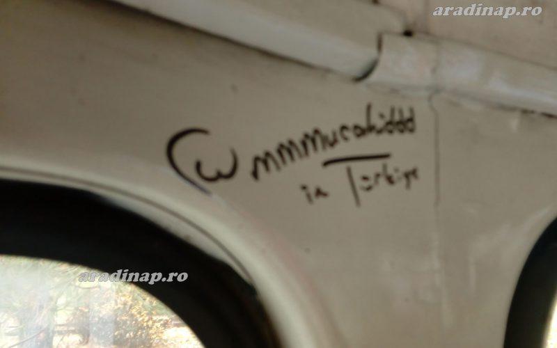 Megérkeztek: dzsihádista graffiti aradi villamoson