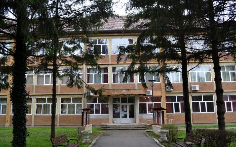 Félszáz diák hányt, panaszkodott hasfájásra Borosjenőben