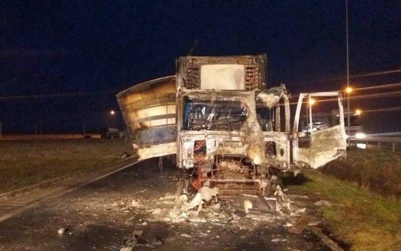 Autópályán kigyulladt teherautó