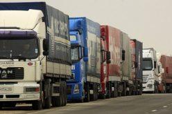 Tíz kilométeres kamionsor Nagylak II-nél: vita négyről és nyolcról