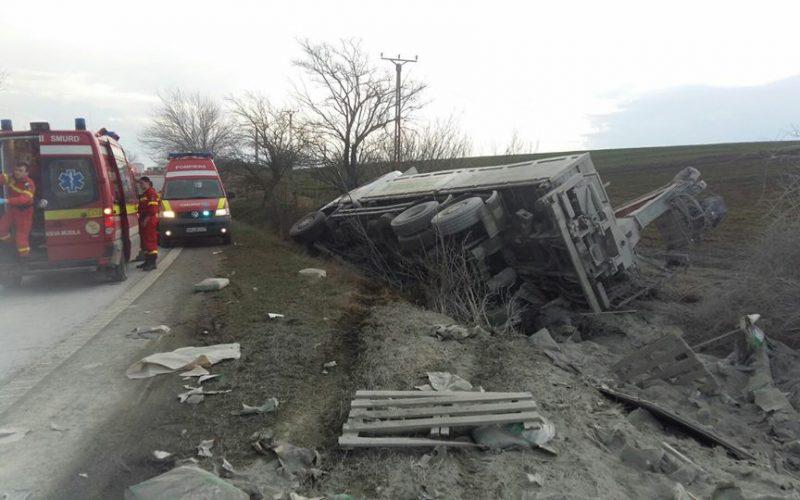 Felborult egy kamion Vinga és Ság között