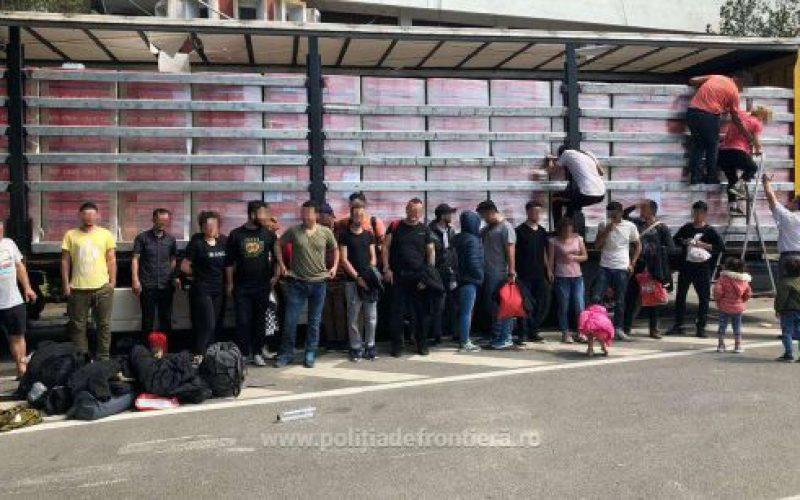 Bolgár sofőr, francia kísérő, 34 migráns