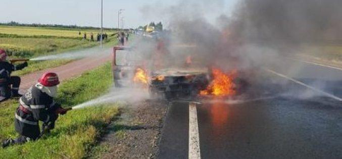 Kigyulladt egy autó az országúton