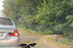 Vihar: kicsavart fák, lesöpört autó, hömpölgyő víz a 7-es főúton