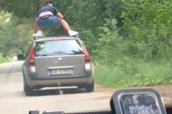 """Kimászott a volán mögül, hogy """"meglovagolja"""" az autóját"""