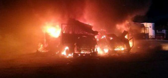 Három kamion égett ki egy parkolóban