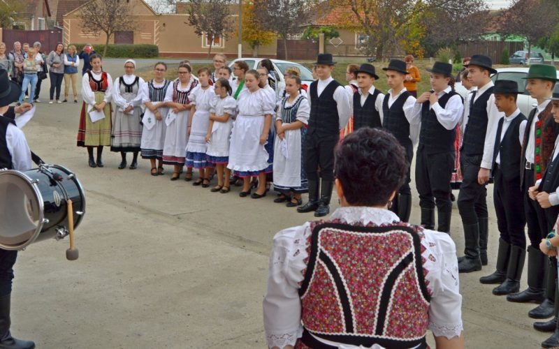 Toborzás és látványos néptáncgála Pécskán