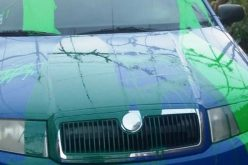 Bosszú: zöld festékkel öntötték le a rendőr gépkocsiját