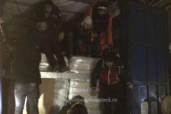A napraforgóhéj-szállítmány tetején 16 migráns is ült
