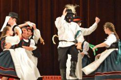Pécska: farsangi álarcos fiatalok vitték táncba a lányokat