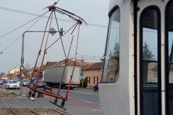 Fennakadt Mosóczon az áramszedője a felsővezetéken