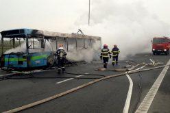 Kiégett egy busz az autópályán