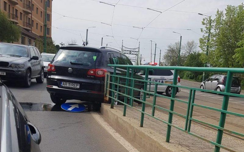 """Polgi hivatali autója """"átrepült"""" a parkolóból a megállóba"""