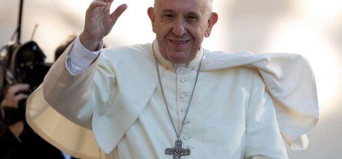 Régenben készítik Ferenc pápa székét a látogatásra