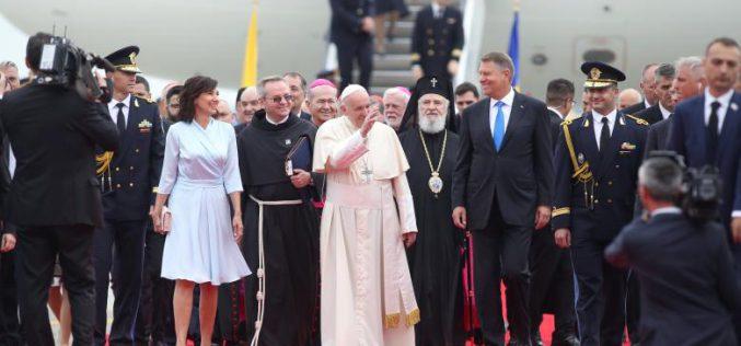 Megérkezett Ferenc pápa