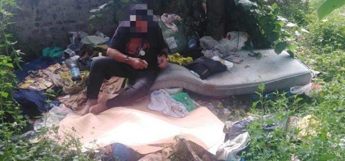 Összepakoltak egy idős hajléktalant a belvárosban