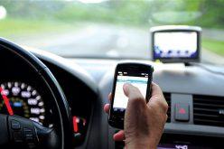 Drasztikusan büntetni fogják a vezetés közbeni mobilozást