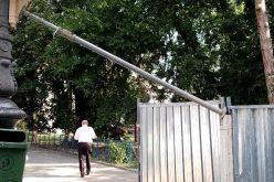 Életveszély a belvárosban: bármikor gyalogosokra dőlhet