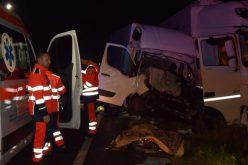Frontálisan ütközött két teherautó: egy halott