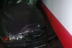 BMW-vel bele a villamosba